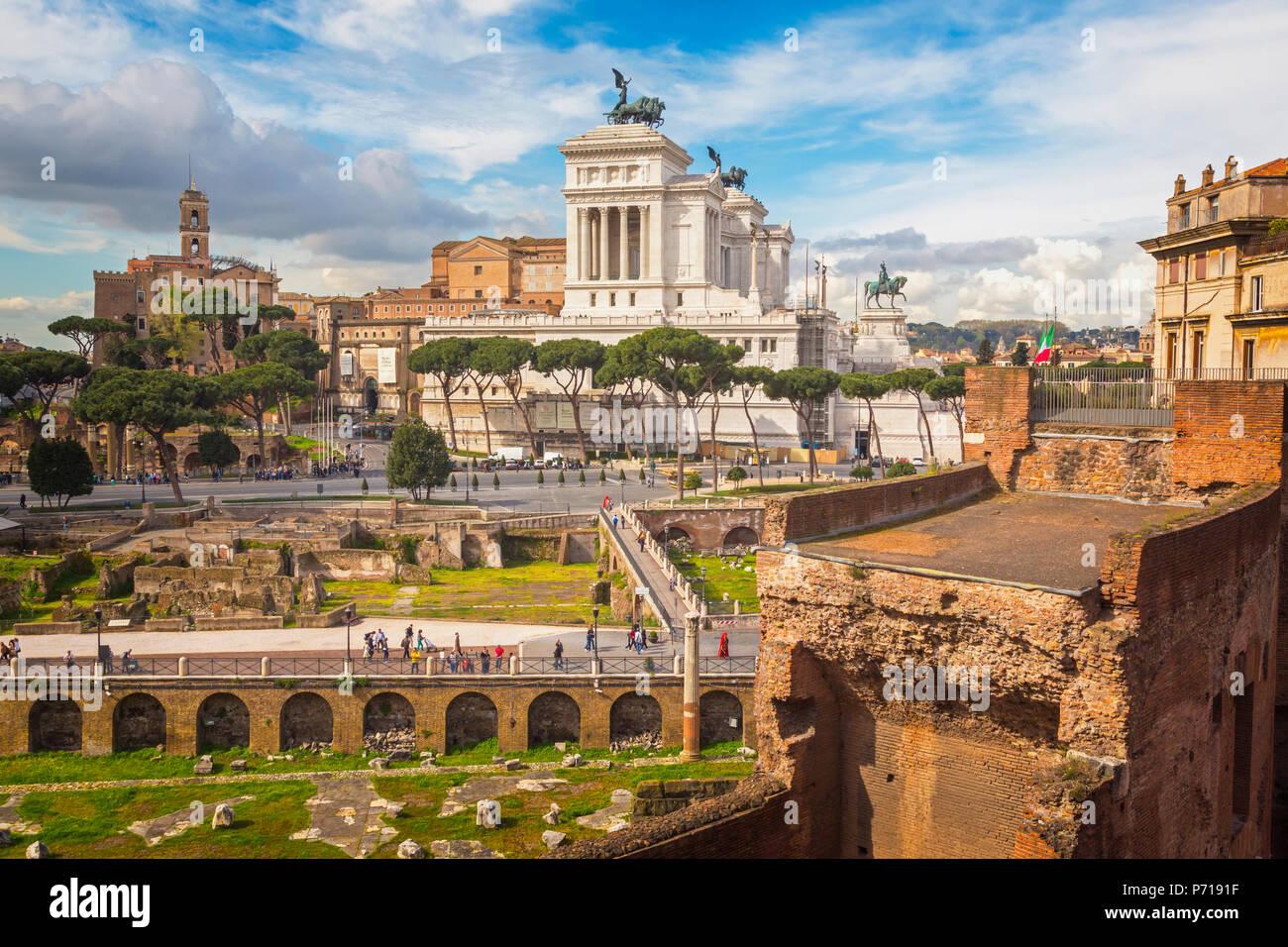 Rome, Italie. Monument de Vittorio Emanuele II, aussi connu sous le Vittoriano, vu de Forum de Trajan. Le centre historique de Rome est une organisation mondiale de l'UNESCO Photo Stock