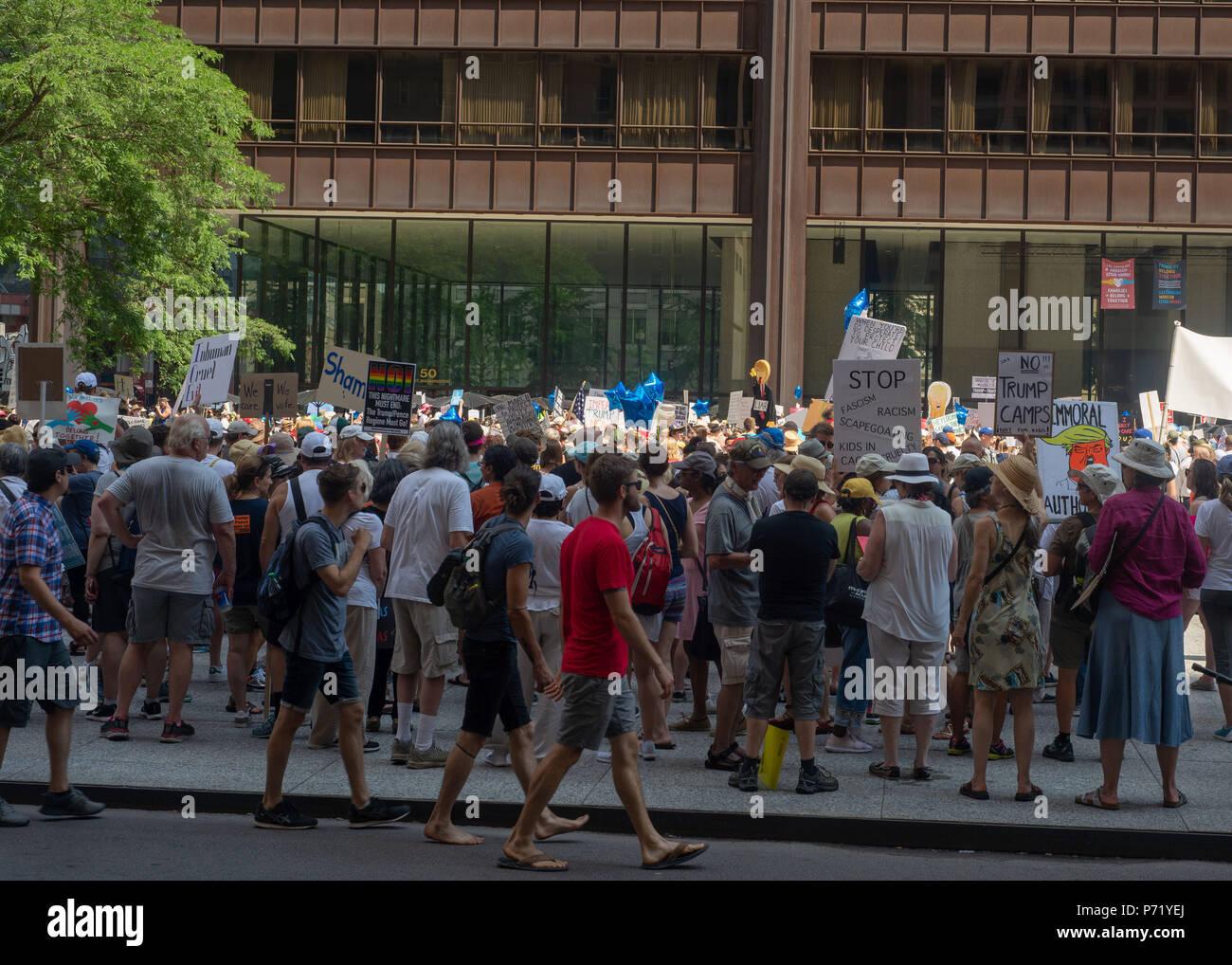 Signes et foule à familles appartiennent ensemble - Chicago, mars 30 juin 2018, Richard J. Daley Center, Chicago, IL Photo Stock