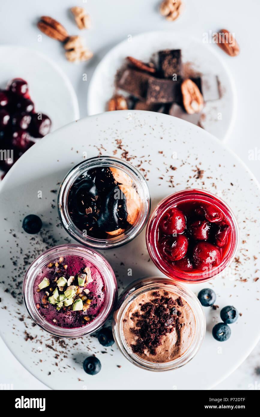 Vue de dessus de différents mets sucrés délicieux desserts dans des bocaux en verre Photo Stock