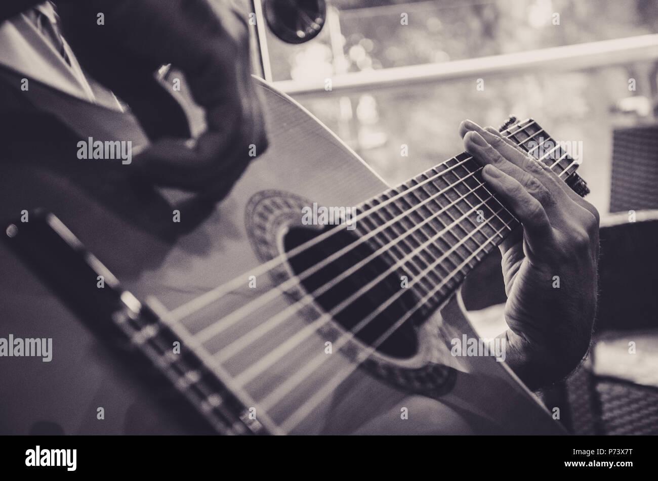 Fermé plan où vous pouvez voir les mains de l'artiste et de la guitare Banque D'Images