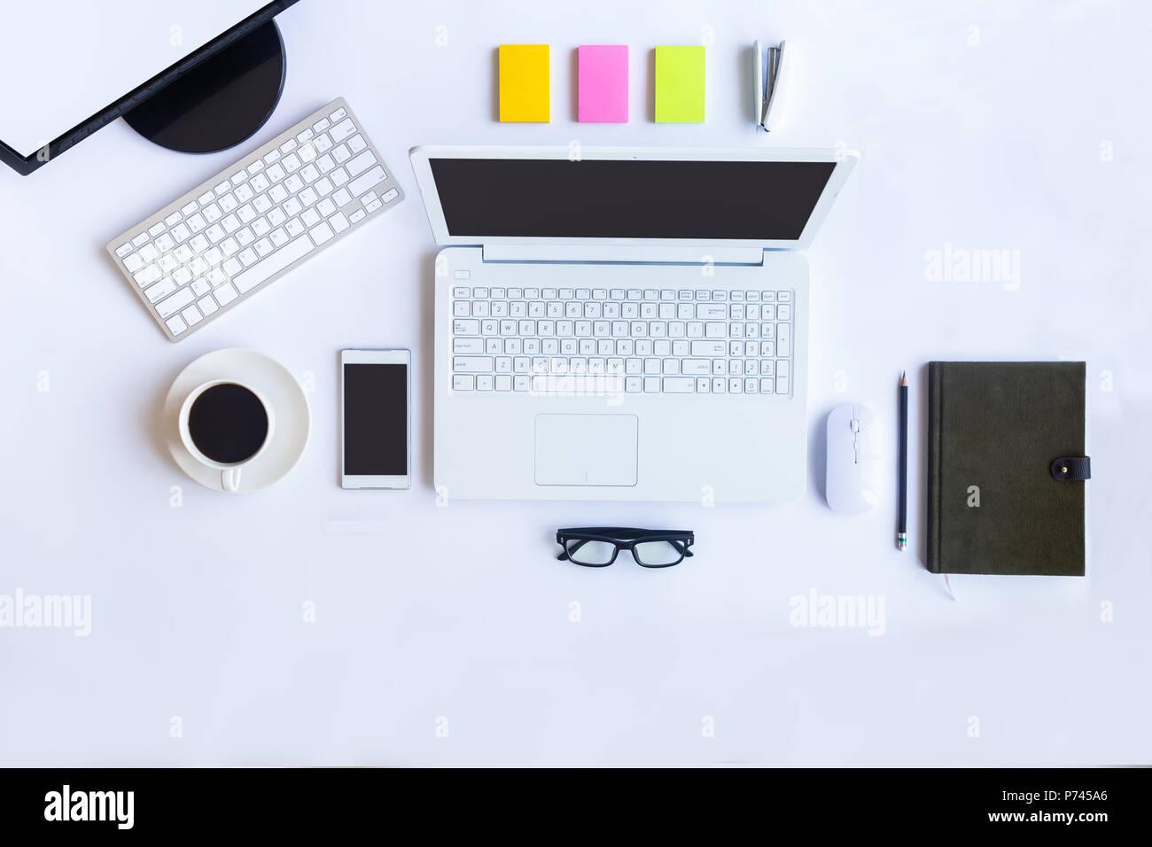 Bureau blanc bureau avec ordinateur portable smartphone et autres