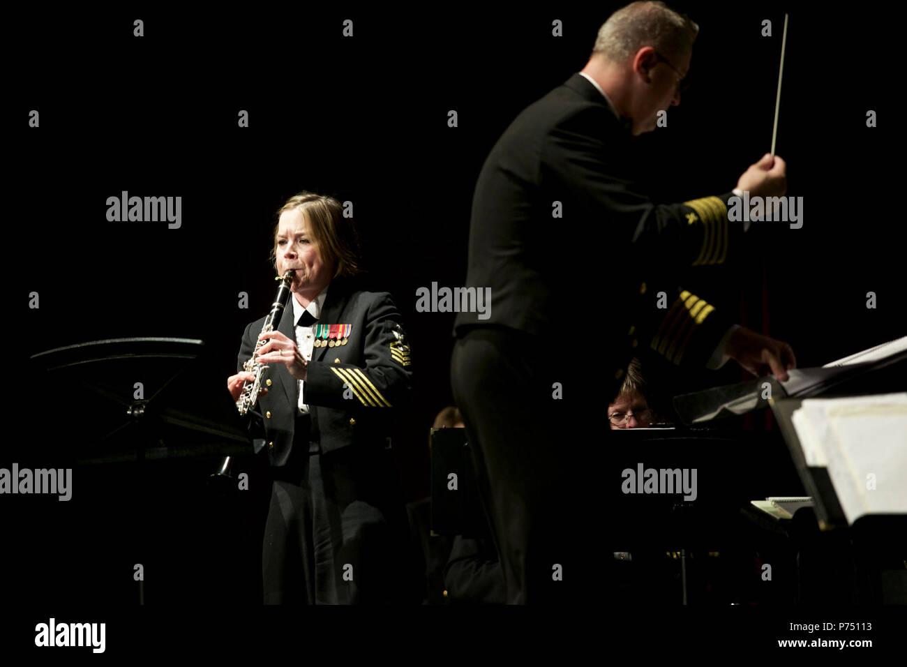 NORTH CHARLESTON, S.C. (9 mars 2015) Senior chef Laura Grantier, de Denham Springs, en Louisiane, se produit avec la U.S. Navy Band lors d'un concert au Rose Maree Meyers Theatre for the Performing Arts à North Charleston, S.C. La U.S. Navy Band parcourt le sud-est des États-Unis, avec des représentations dans 32 villes. Banque D'Images