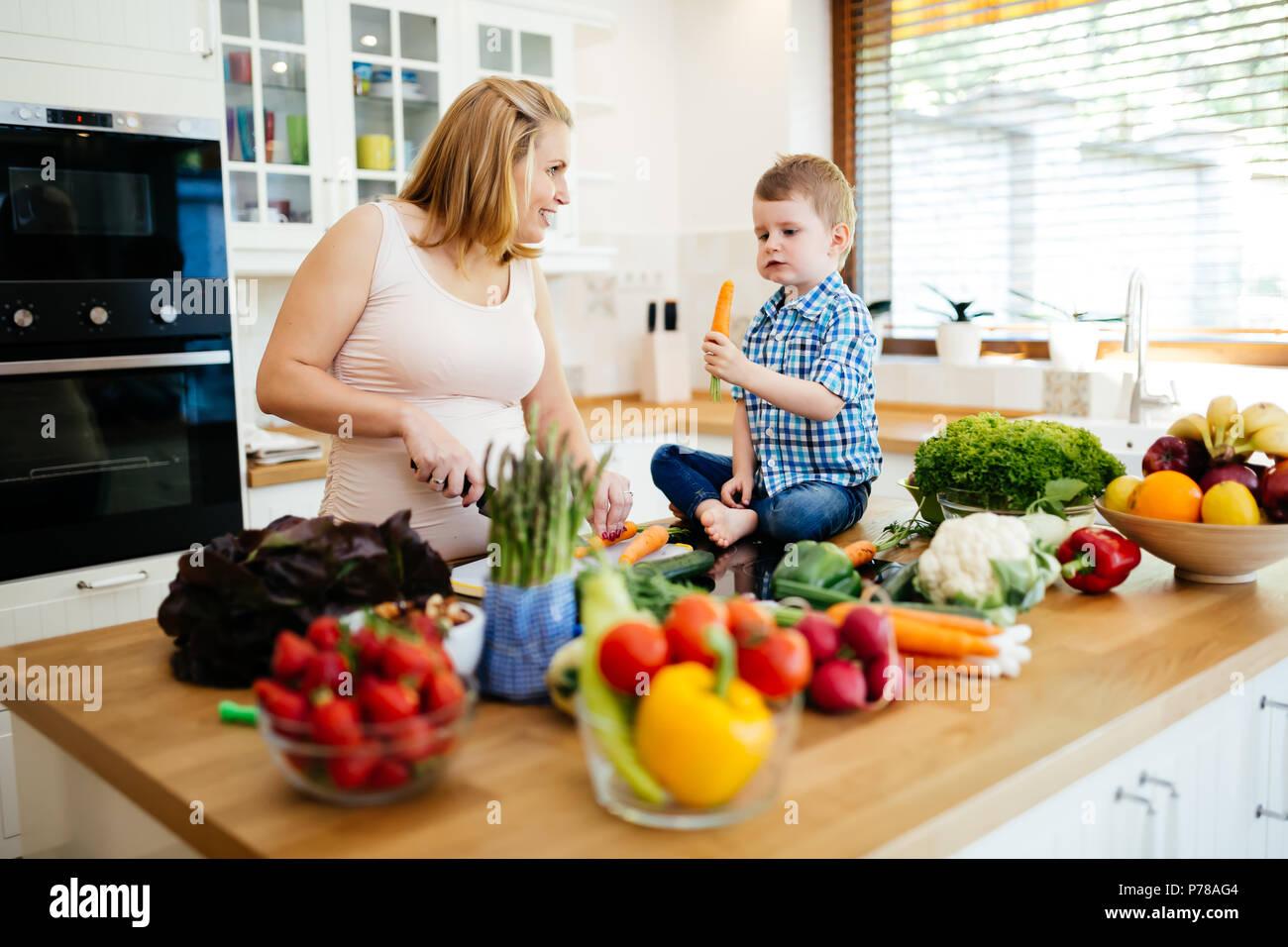 La mère et l'enfant préparer le déjeuner Photo Stock