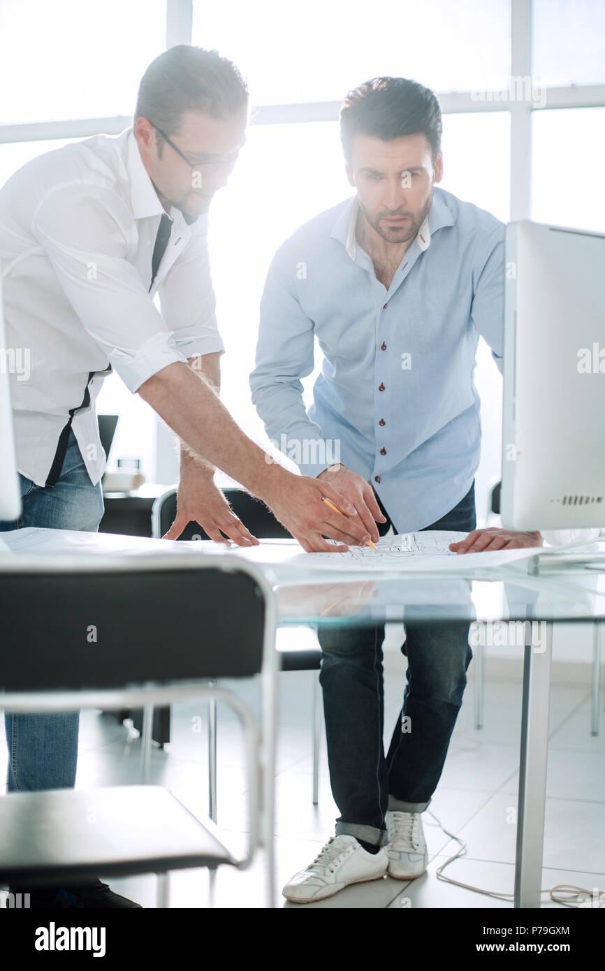 L'architecte et le client de discuter les esquisses du projet Photo Stock