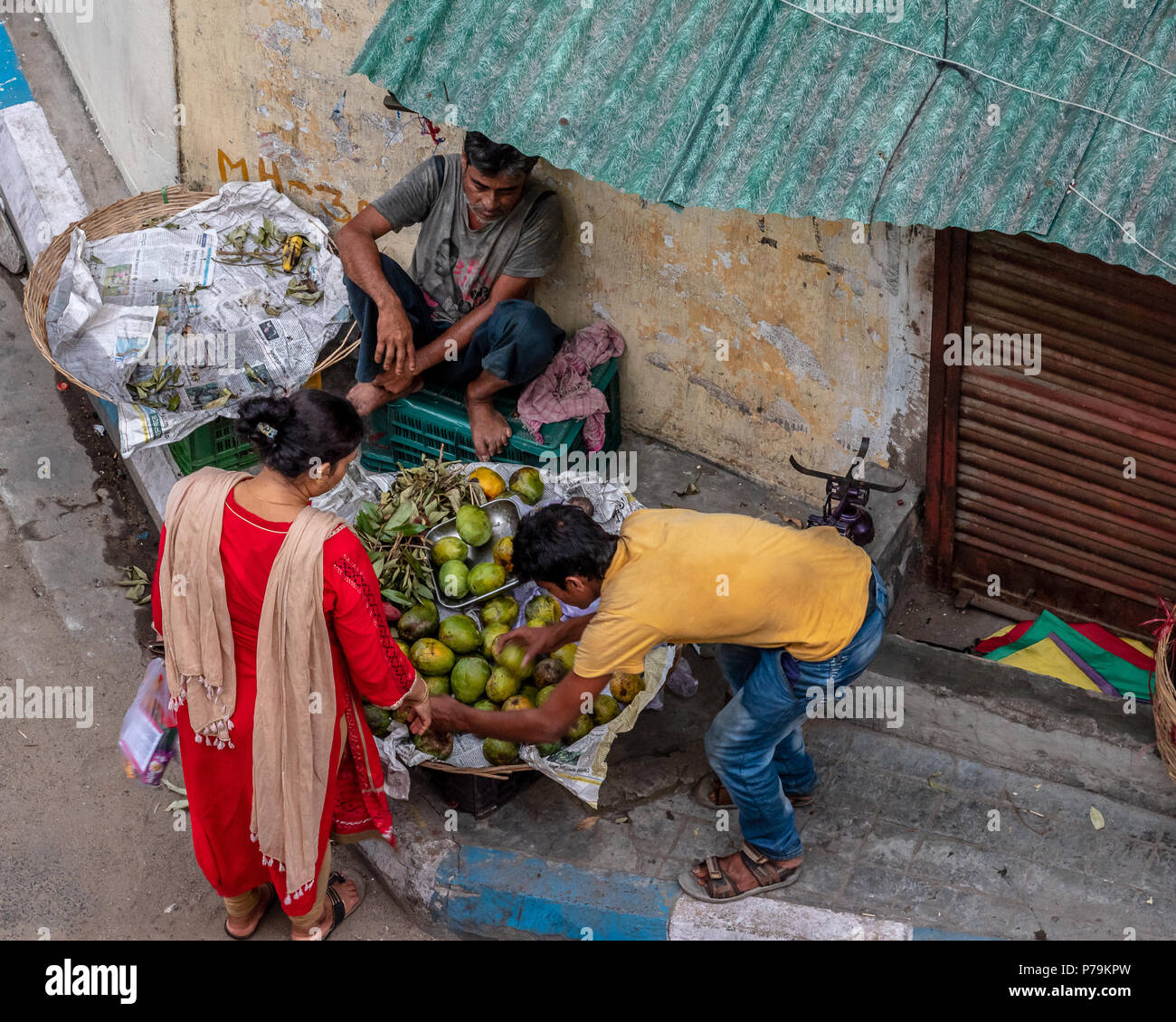 June 19,2018. Kolkata, Inde. Vendeur de fruits vente de fruits sur le bord de la route à Kolkata. Photo Stock