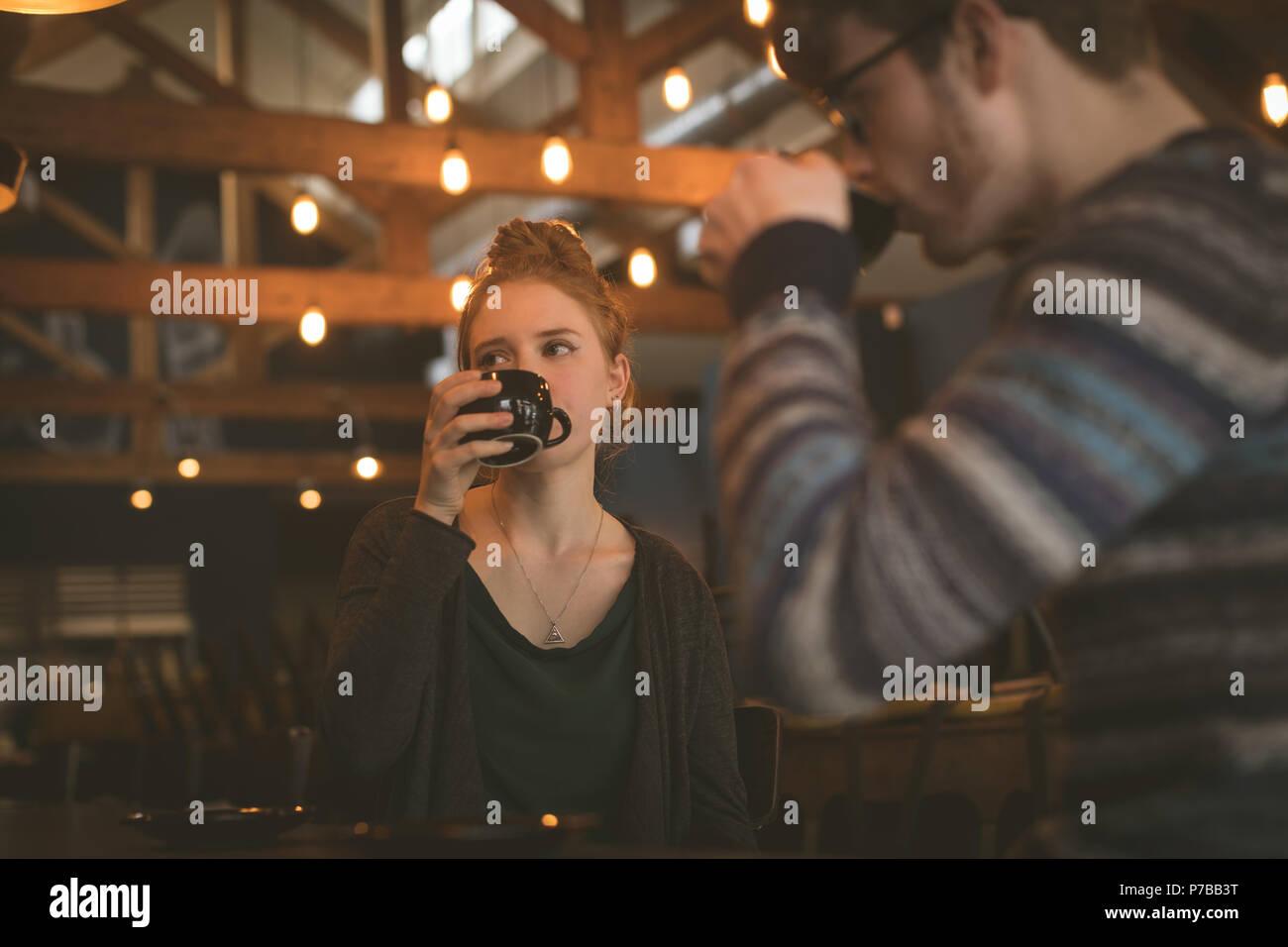 Couple having coffee au guichet Photo Stock