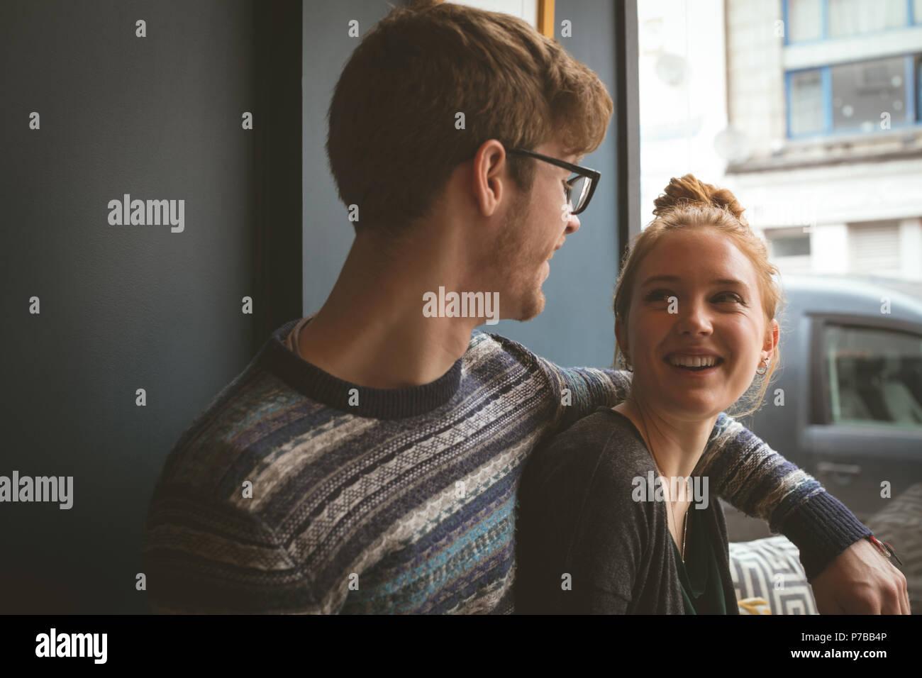 Couple de parler les uns aux autres dans le café Photo Stock