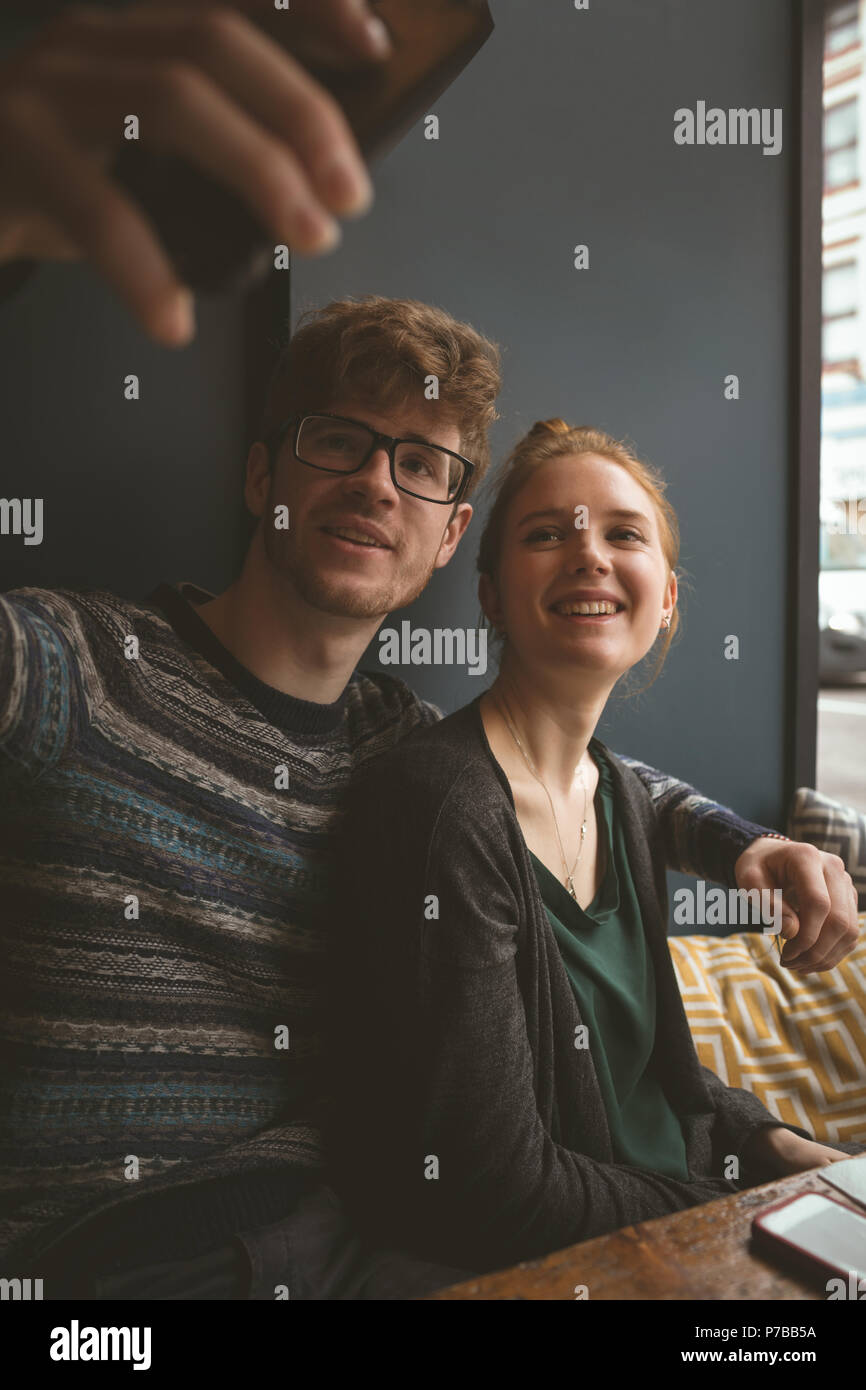 Un couple dans le café selfies Photo Stock