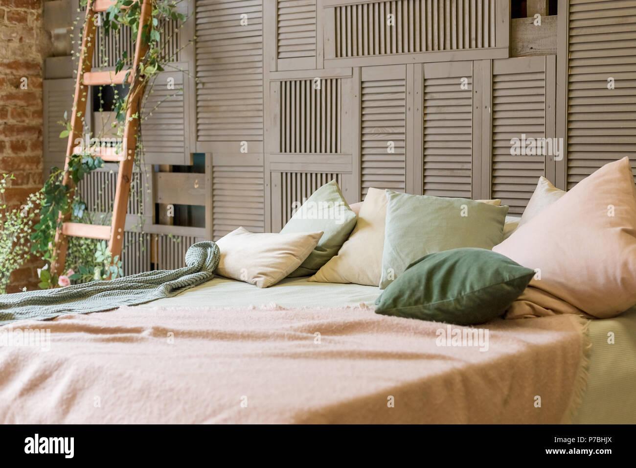 Couleurs Pastel Confortable Chambre Avec Mur En Bois Brun Et Du0027un Mobilier  En Bois Simple ...