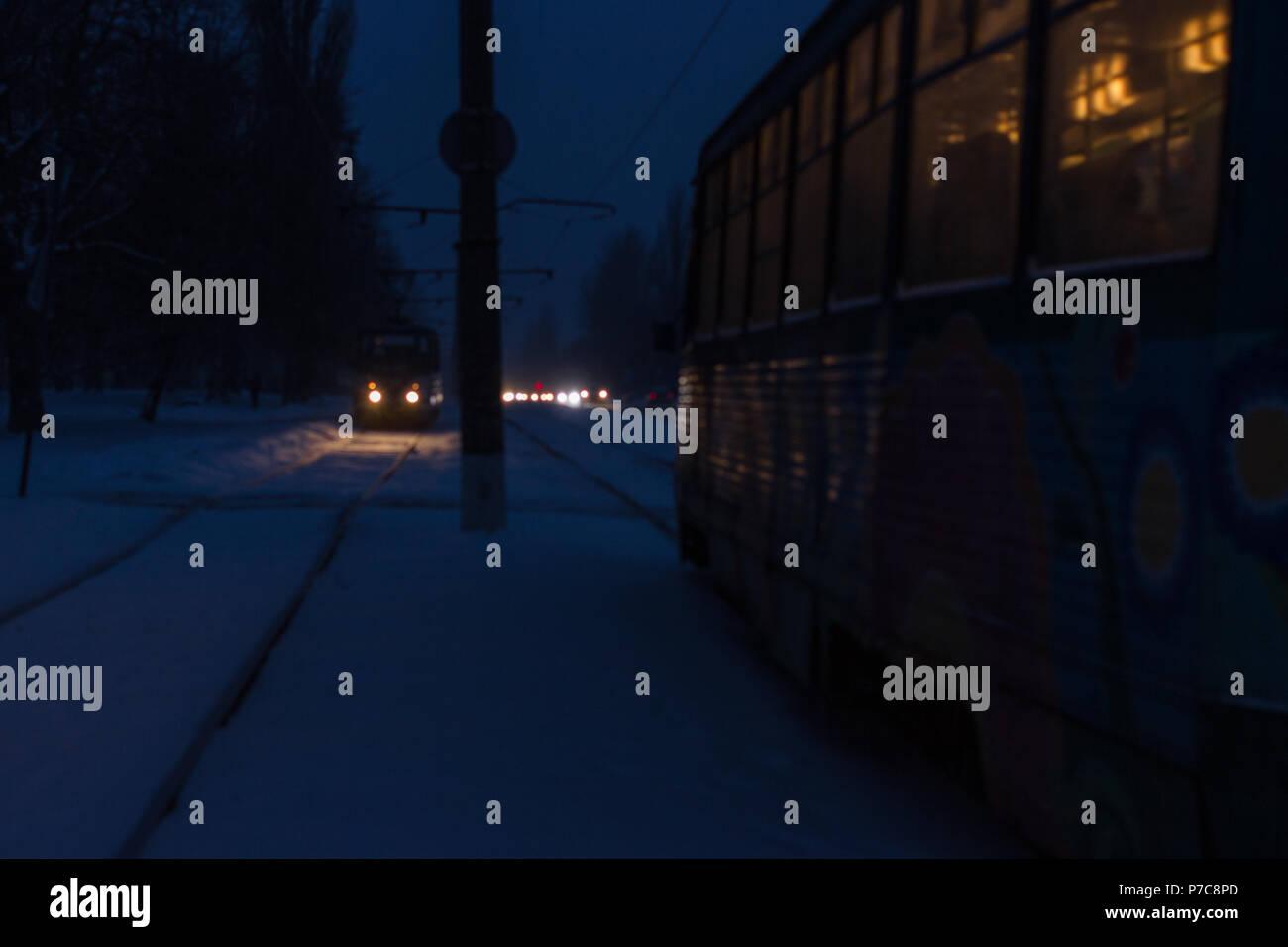 Puissant dans la neige grave Konotop. Une nuit d'hiver de neige dans la ville. Banque D'Images