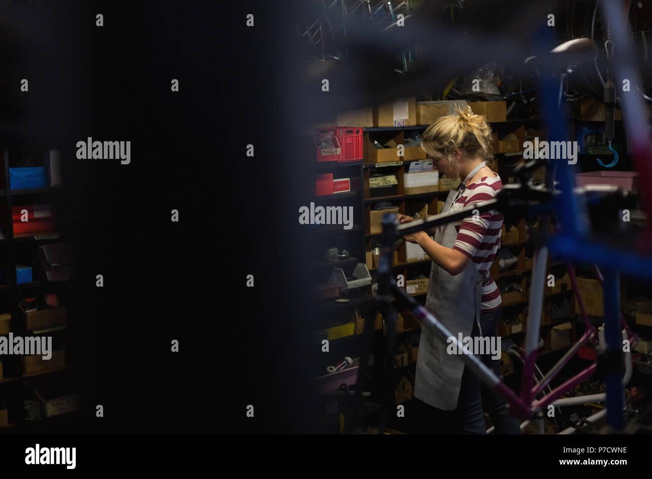 Mécanicien de sexe féminin travaillant en atelier Photo Stock