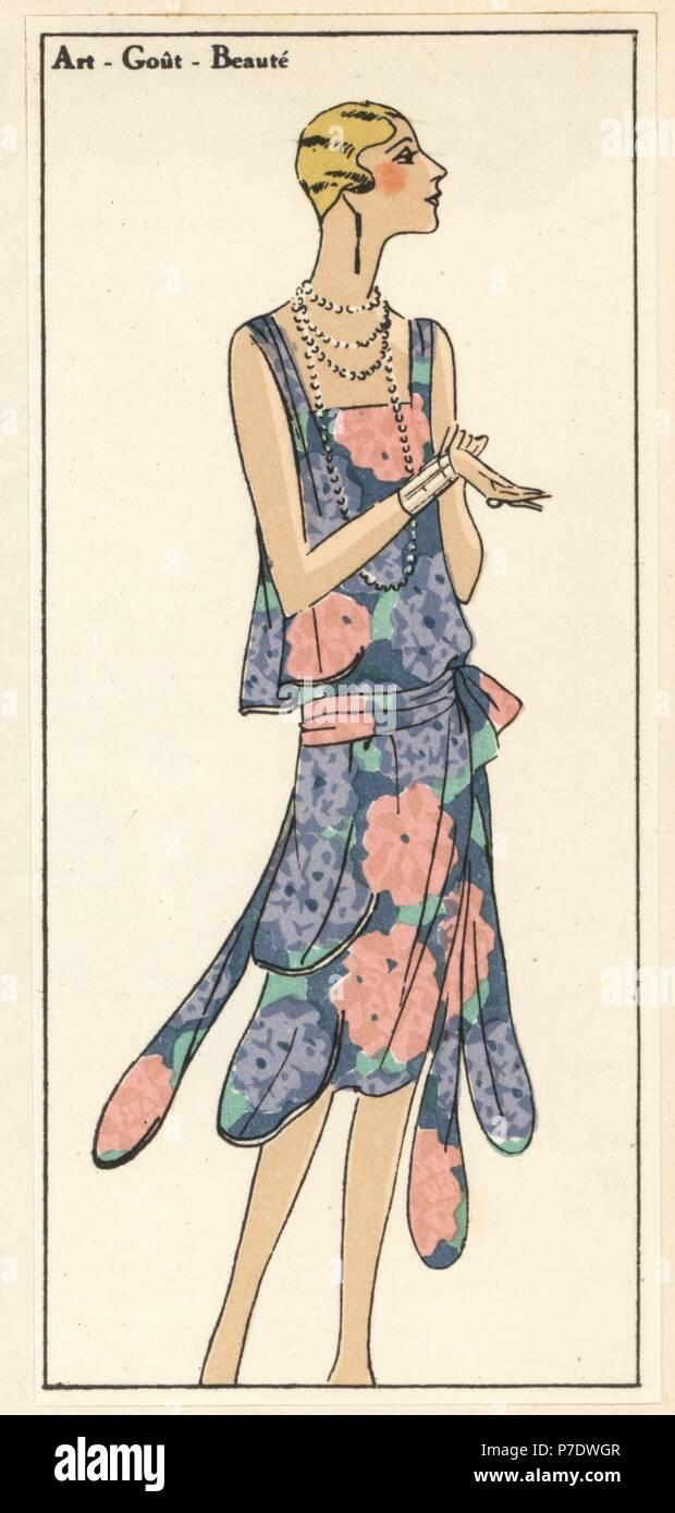 6b65bd80c76 Femme en robe d été imprimée en crêpe. Coloriée pochoir (stencil)  lithographie du magazine de mode de luxe français Art