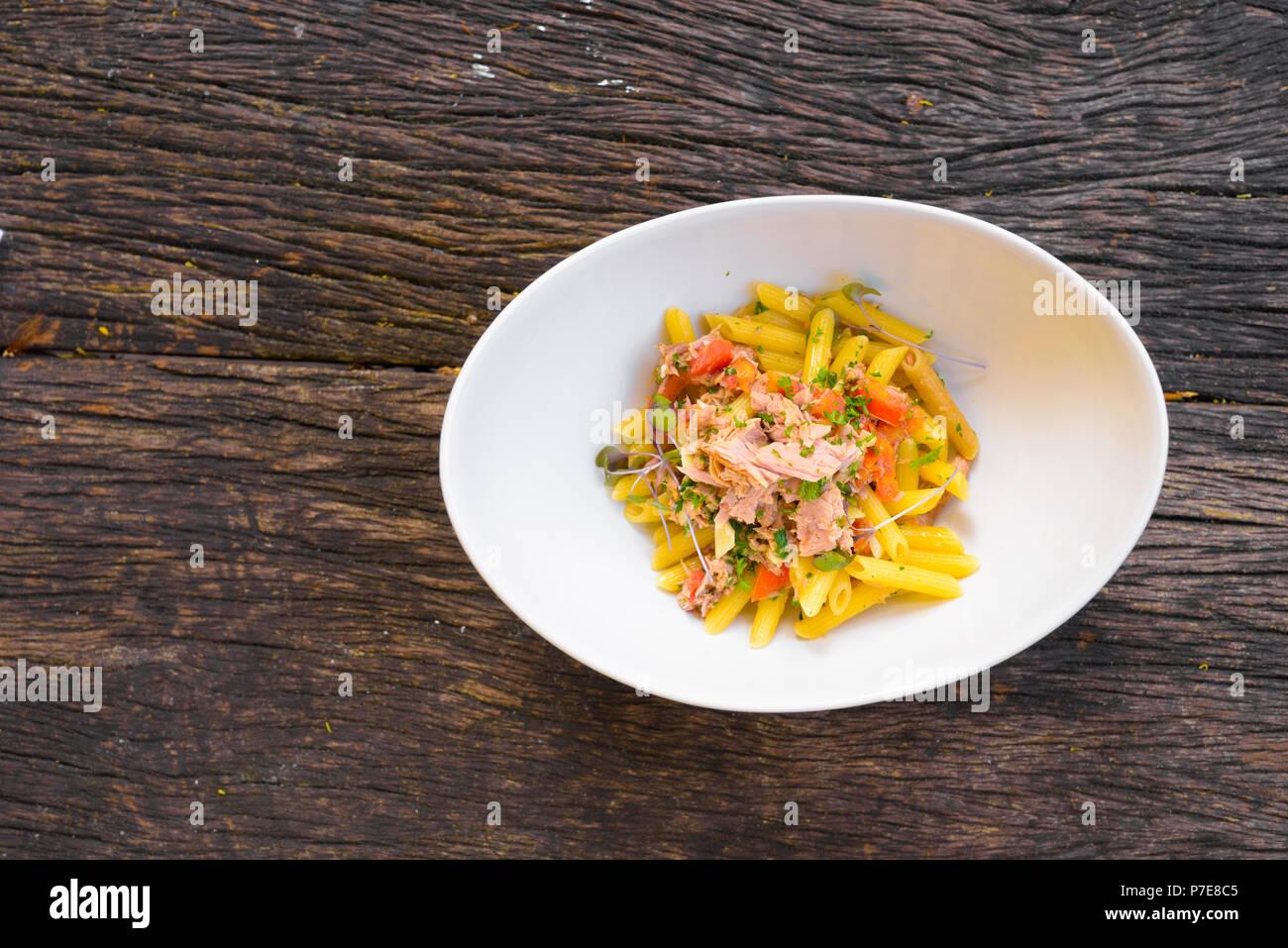 Pâtes penne au thon et tomates fraîches Photo Stock