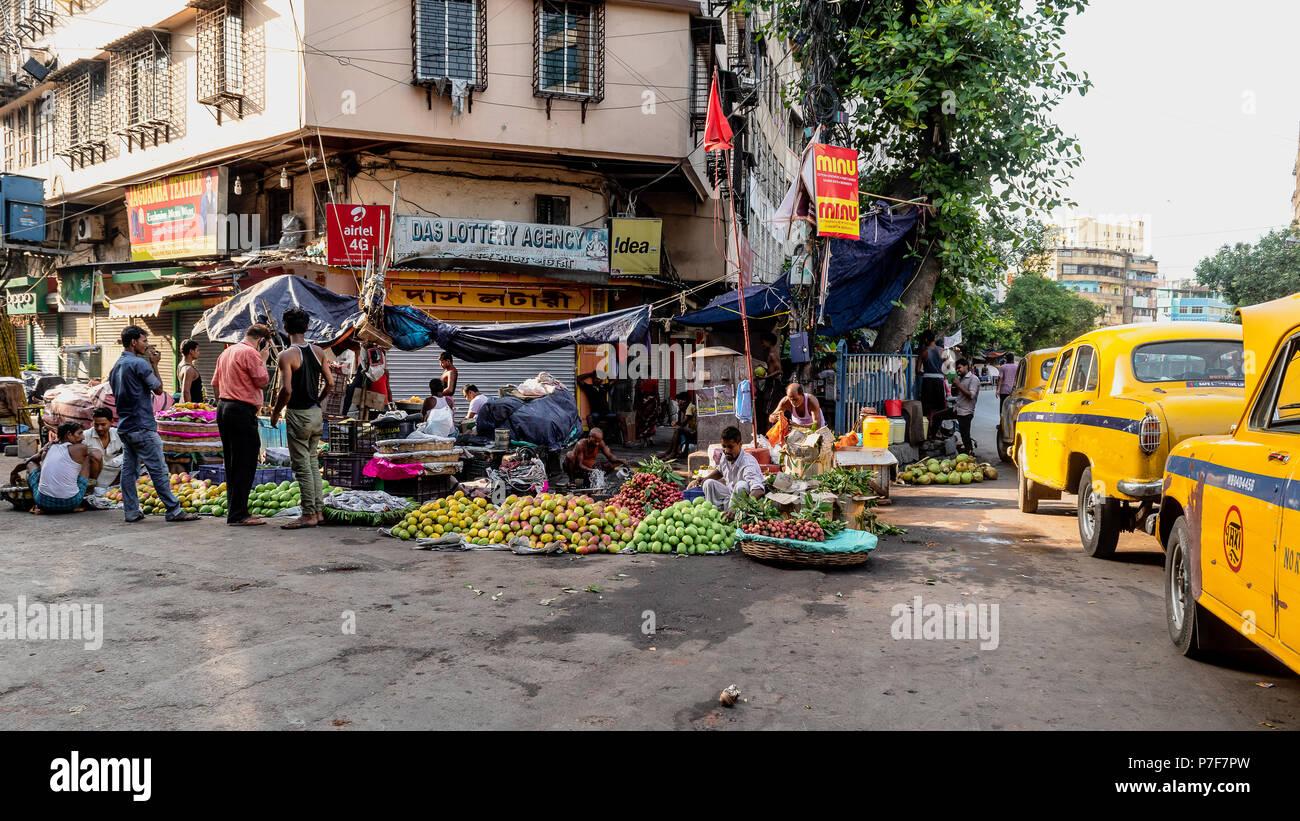 Mai 27,2018. Kolkata, Inde. Les vendeurs de fruits fruits vente sur le bord de la route à Kolkata. Photo Stock