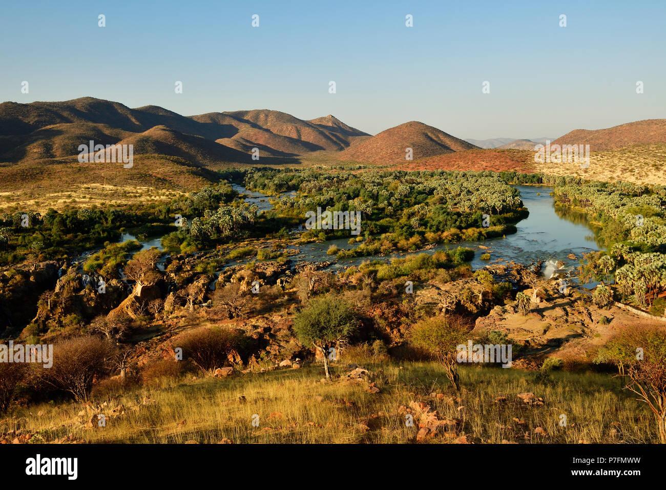 Avis de large Paysage avec rivière Kunene et Epupa Falls, la Namibie, le Kaokoveld Banque D'Images