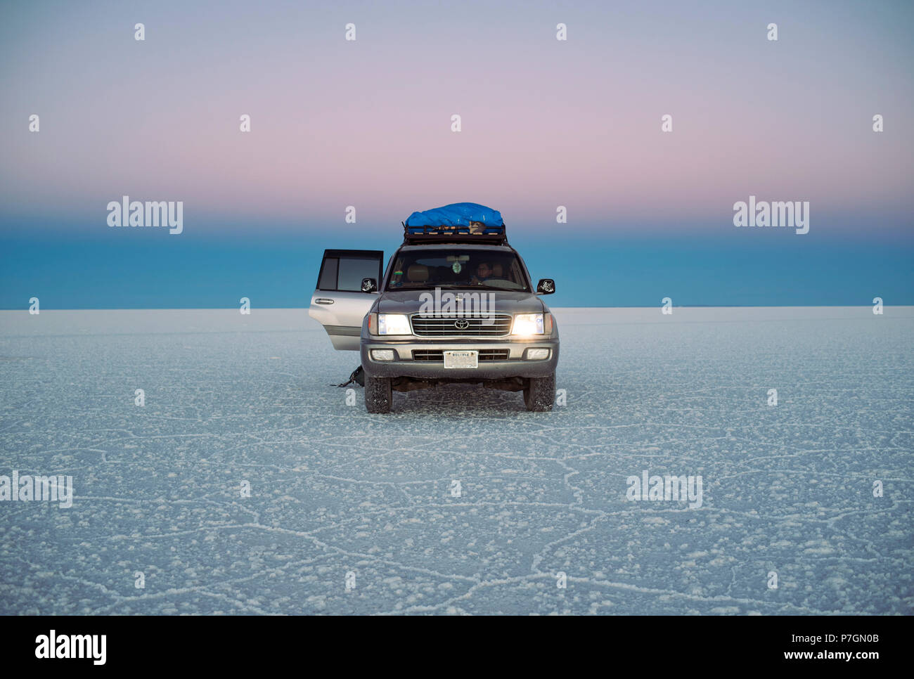 Land Cruiser pendant le crépuscule dans d'Uyuni Salar de Uyuni (Bolivie), l'Amérique du Sud. Jun 2018 Photo Stock