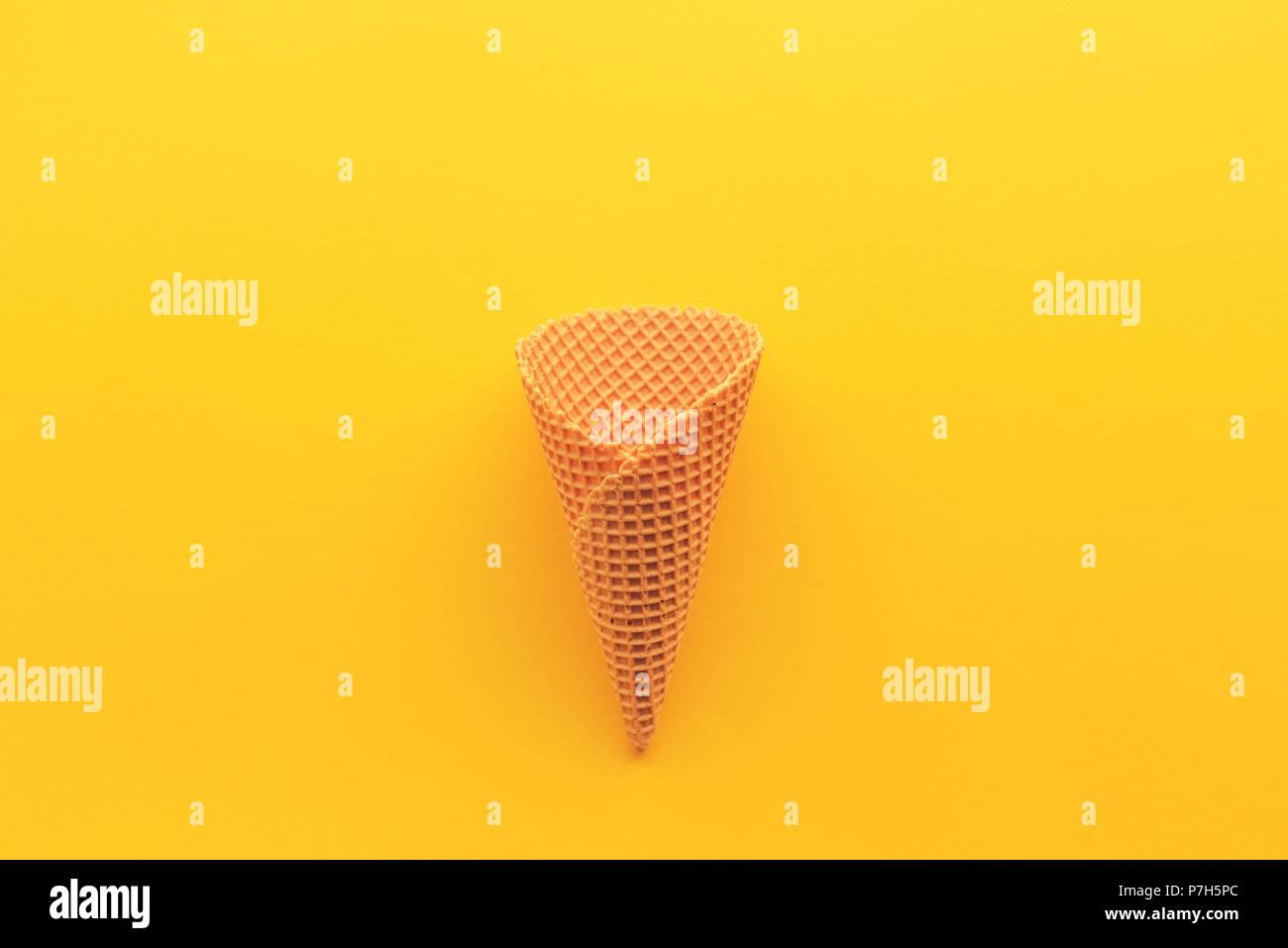 Cornet de crème glacée à partir de ci-dessus, un minimum de mise à plat la composition avec copie espace Photo Stock