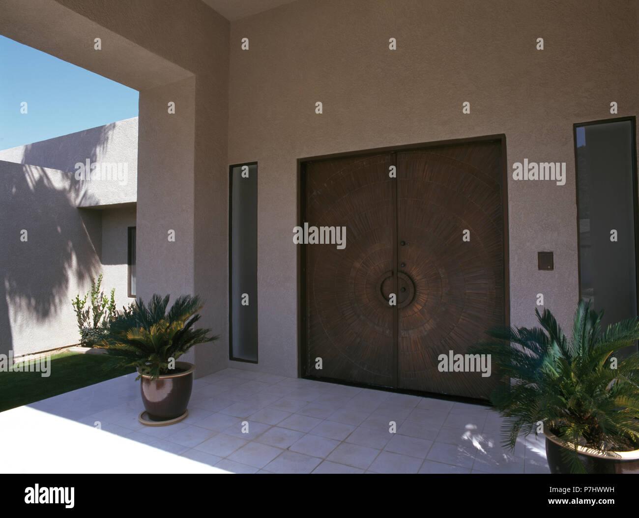 Porche D Entrée Maison Contemporaine double portes en métal sur maison moderne avec de petits