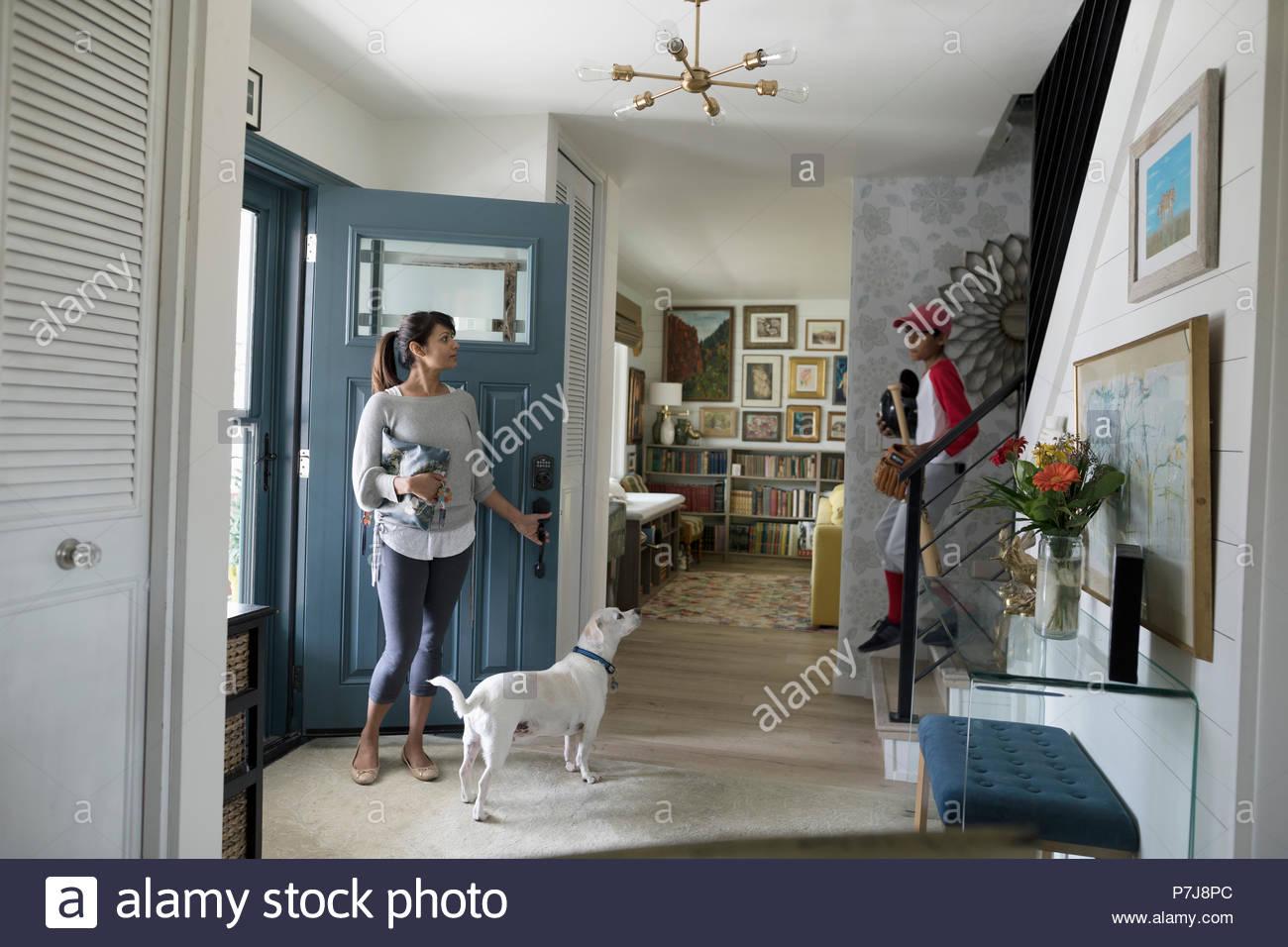 Femme et chien en attente dans le foyer Photo Stock