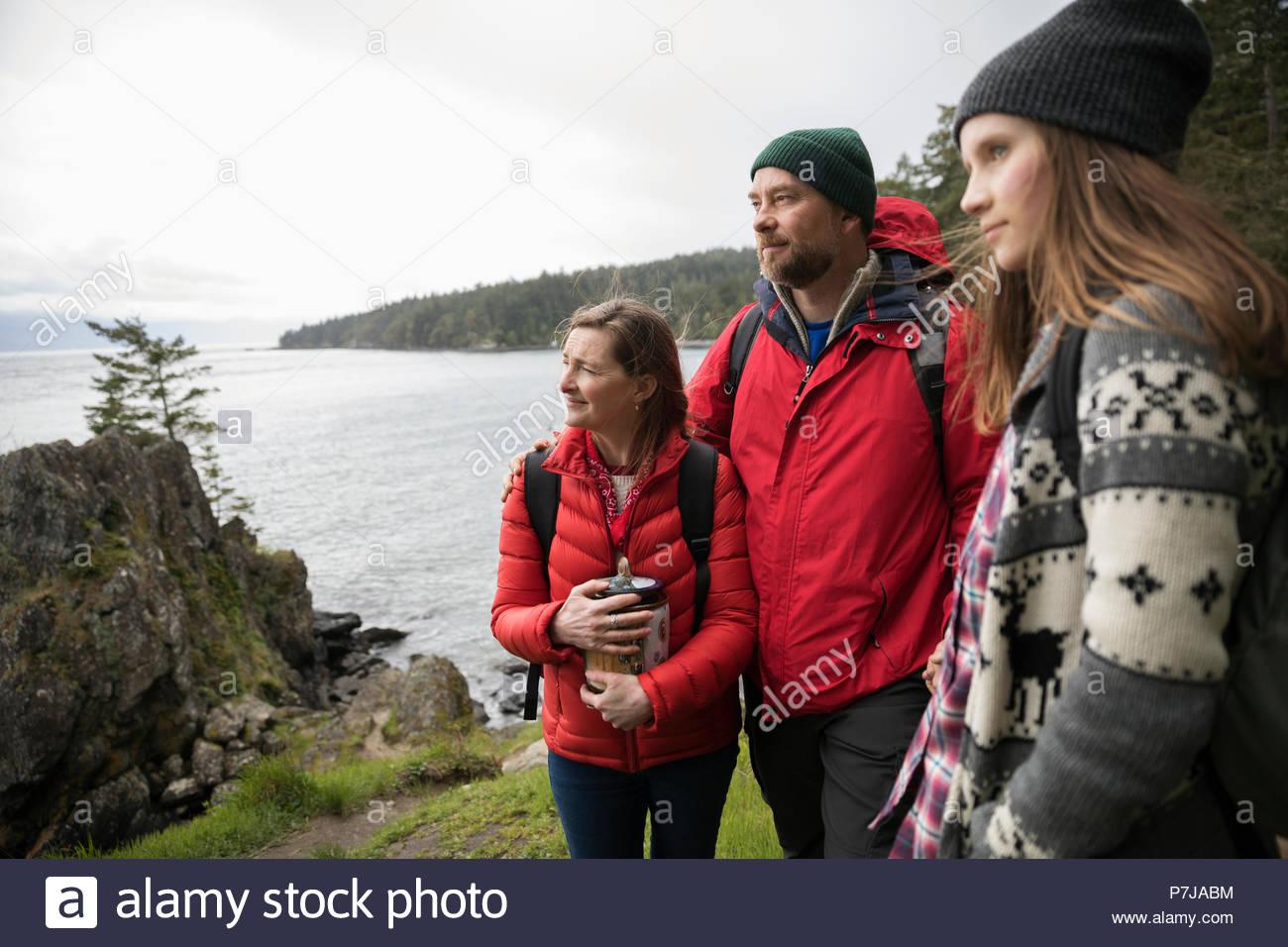 Famille avec propagation urne cendres sur falaise surplombant Ocean Photo Stock