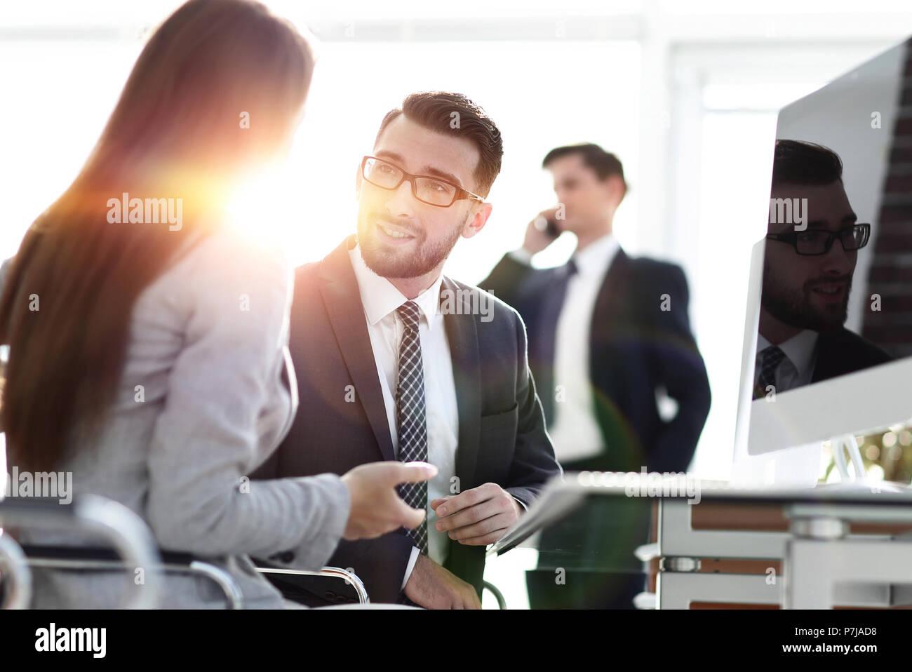 Homme confiant de parler à son intervieweur pendant une entrevue d'emploi Photo Stock
