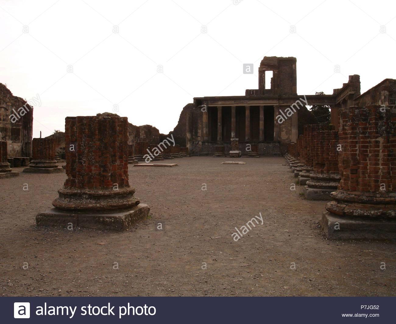 Basilique CONSTRUIDA EN EL AÑO 80 AC- AL FONDO EL TRIBUNAL DE JUSTICIA. Lieu: basilique, ITALIA. Photo Stock