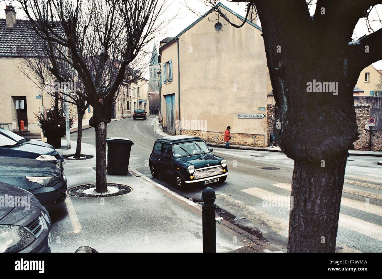 AJAXNETPHOTO. LOUVECIENNES, FRANCE. - Place du marché - REGARD SUR L'ÉGLISE; lieu fréquenté par des artistes du 19e siècle notamment Camille PISSARRO ET ALFRED SISLEY. PHOTO:JONATHAN EASTLAND/AJAX REF: CT2587 12__11A Banque D'Images