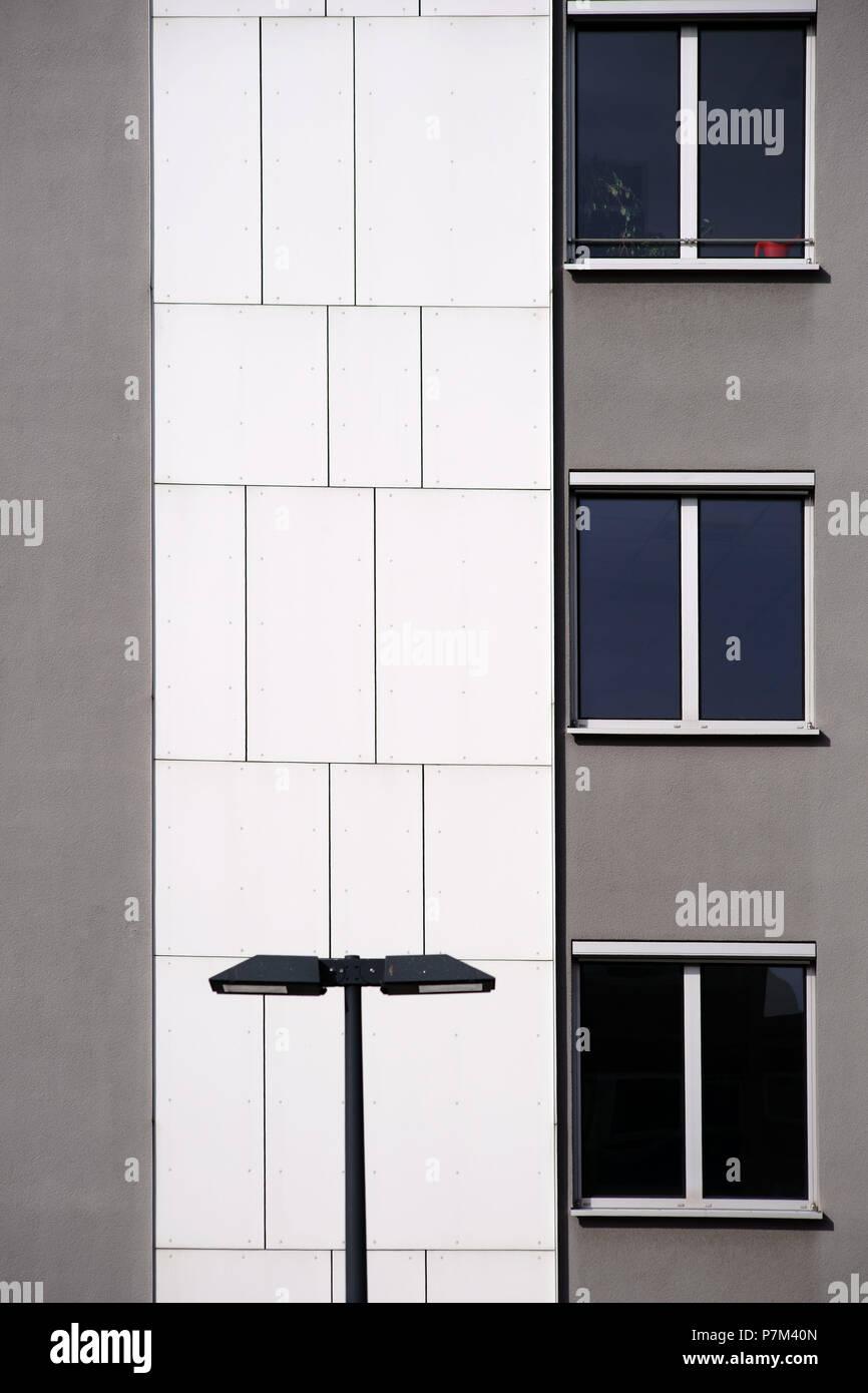Une lanterne devant une façade de maison moderne avec ...