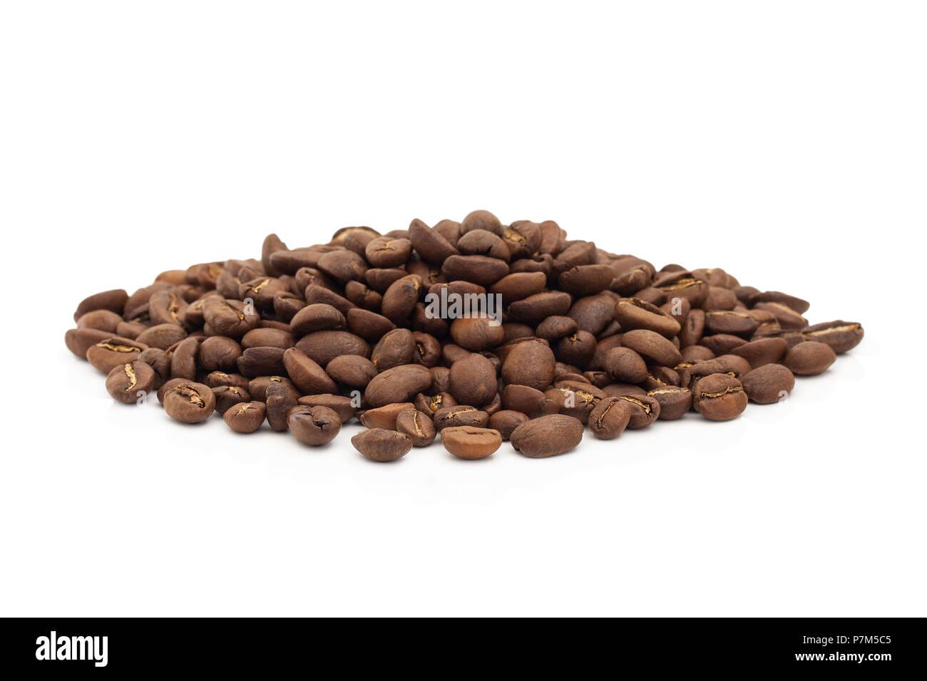 Un tas de grains de café isolé sur un fond blanc. Photo Stock