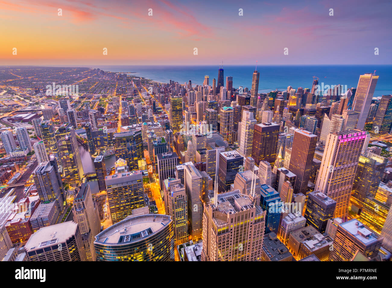 Chicago, Illinois, USA aerial downtown skyline at Dusk, vers le lac Michigan. Photo Stock