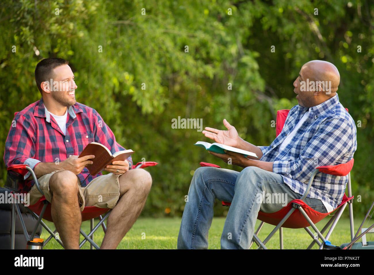 Les hommes ayant une étude de la bible. Photo Stock