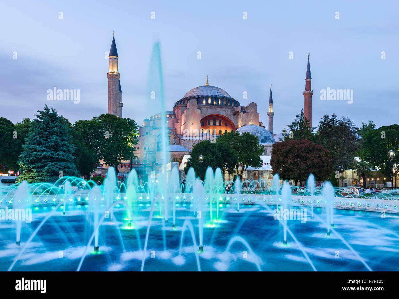 Le Sultan Ahmad Maydan fontaine illuminée avec le musée Sainte-Sophie en arrière-plan au coucher du soleil, Istanbul, Turquie Banque D'Images