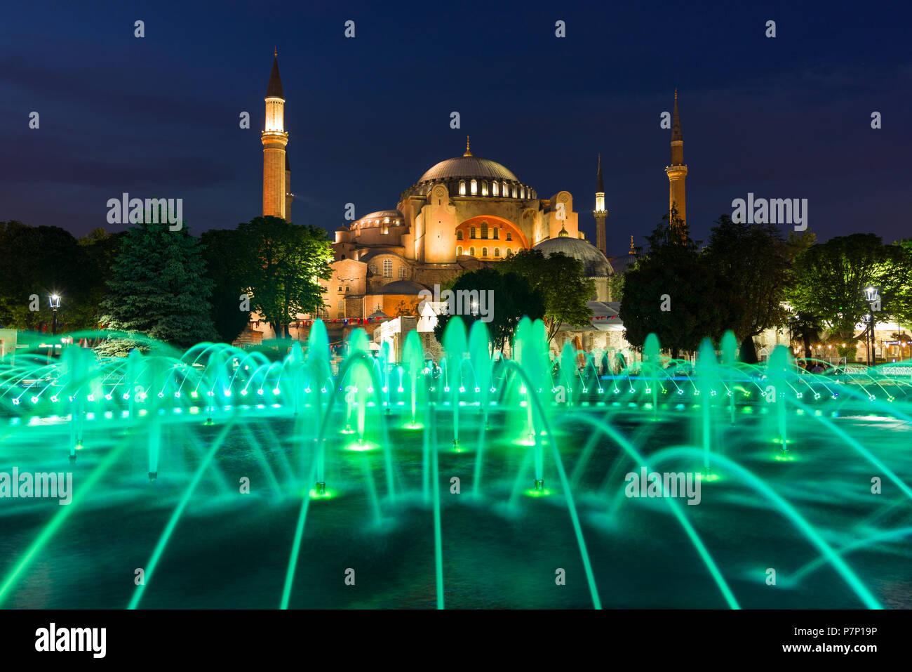 Le Sultan Ahmad Maydan fontaine illuminée avec le musée Sainte-Sophie en arrière-plan au crépuscule, Istanbul, Turquie Photo Stock