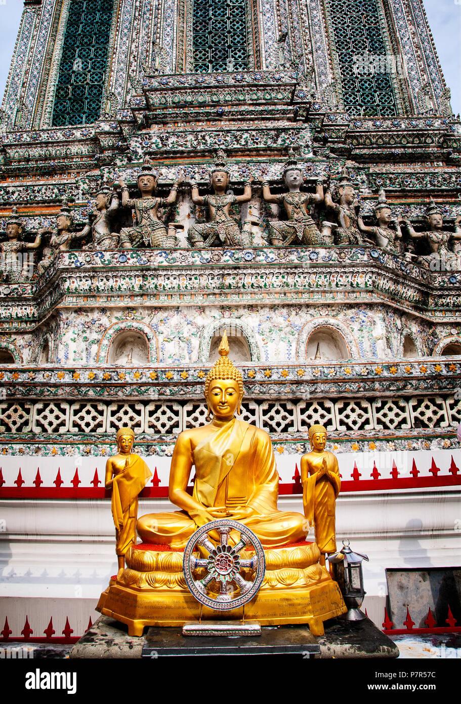 Un Bouddha en or ornent l'extérieur de Wat Arun sur le Choa Phraya. Bangkok, Thaïlande. Banque D'Images