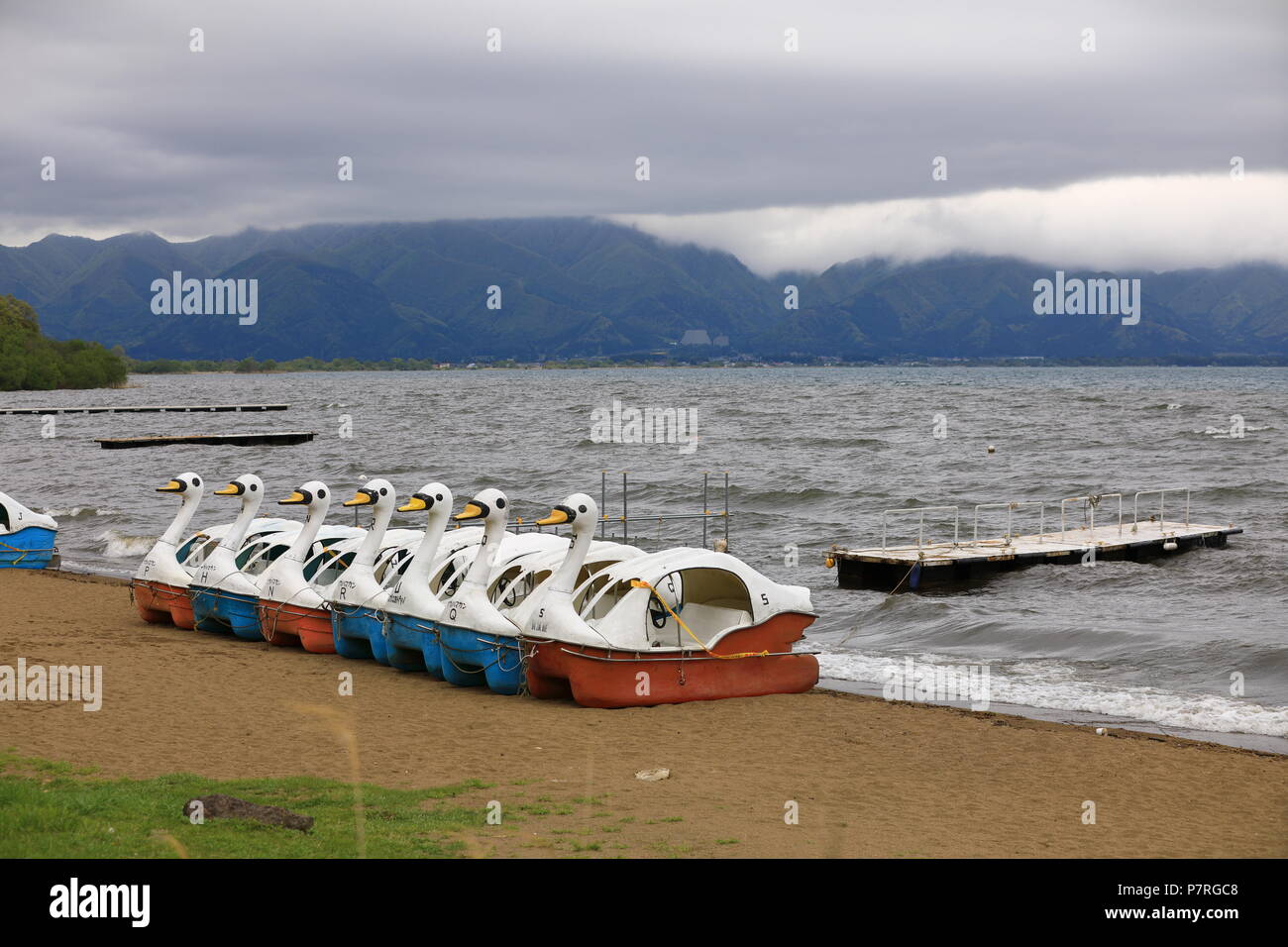 Bateau d'amarrer à quai dans une tempête de vent au lac Inawashiro. Photo Stock