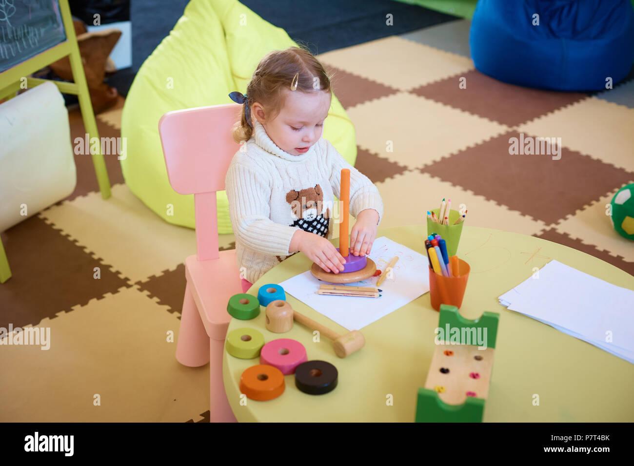 Petite Fille Dessin Avec Des Crayons De Couleurs Assis A La Table