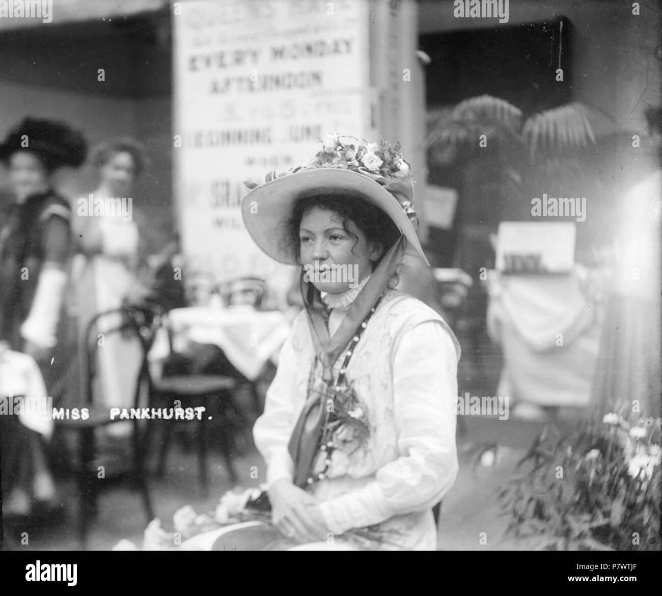 91 Sylvain Pankhurst, co-fondateur de l'Union sociale et politique, à l'intérieur de l'exposition des femmes, mai 1909 Banque D'Images