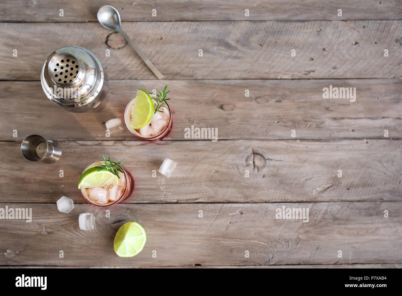 Sloe Gin Fizz Cocktail. L'alcool froid rose verre avec de la glace, de chaux et de soude, copiez l'espace. Photo Stock