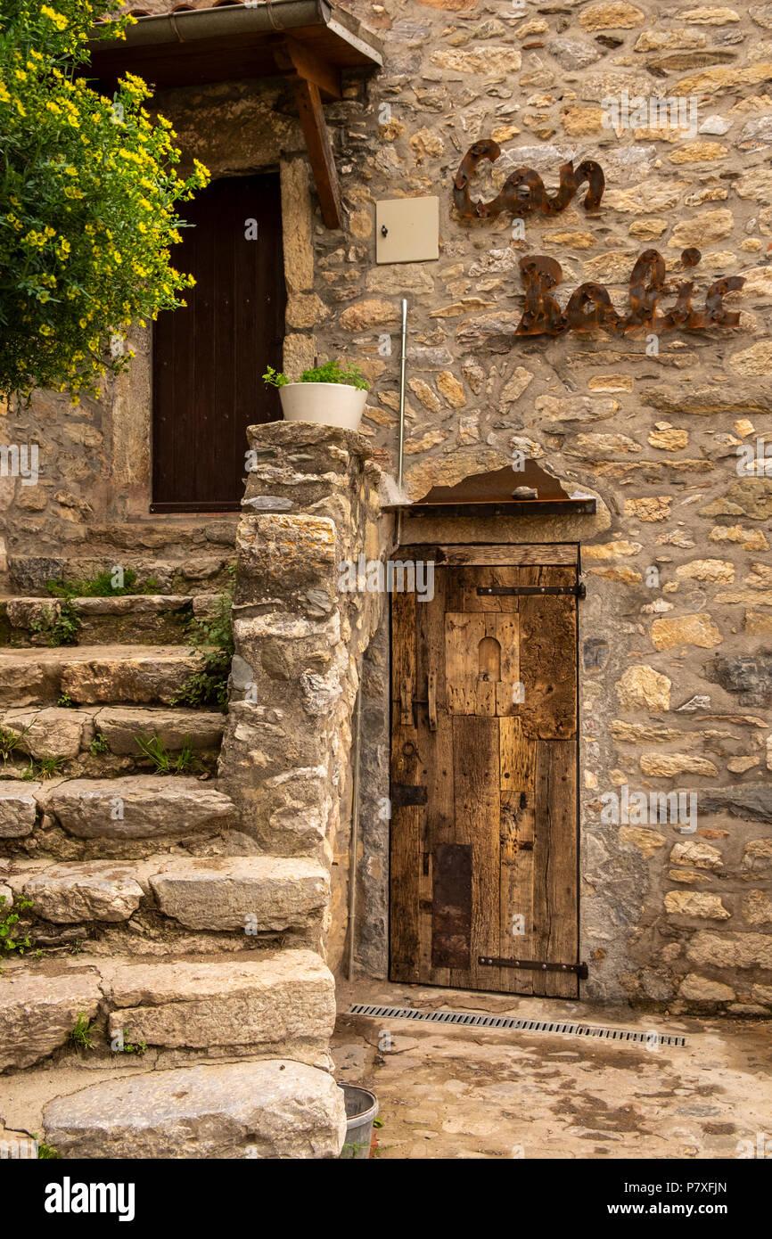 vieille maison de bois porte et escaliers de pierre dans l 39 enroulement petites rues de la roca. Black Bedroom Furniture Sets. Home Design Ideas