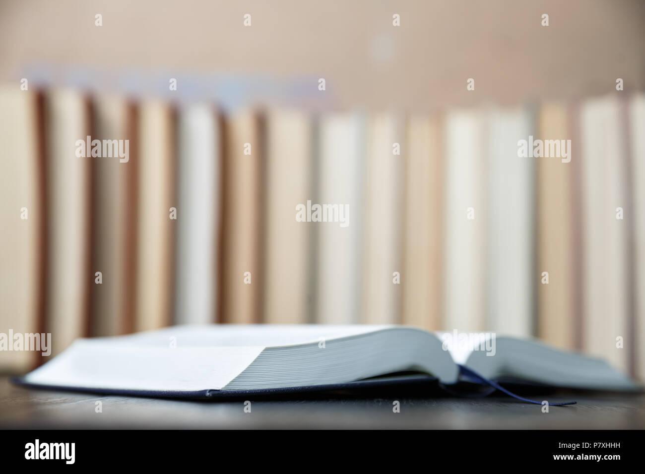 Le livre de poche relié Gros plan sur upsite Photo Stock