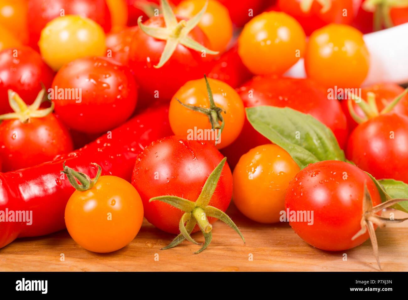 Assortiment de tomates cerises et de poivrons fraîchement cueilli du jardin Banque D'Images
