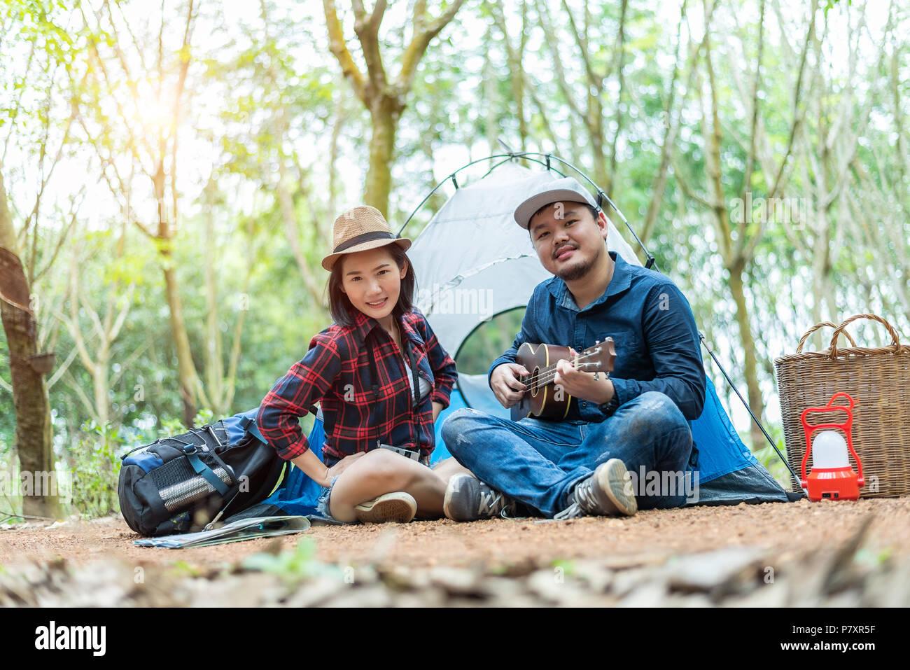 En Couple Femme Forêt Camping Ukulele Face Man Asian Avec La Dans zwF4CFdq