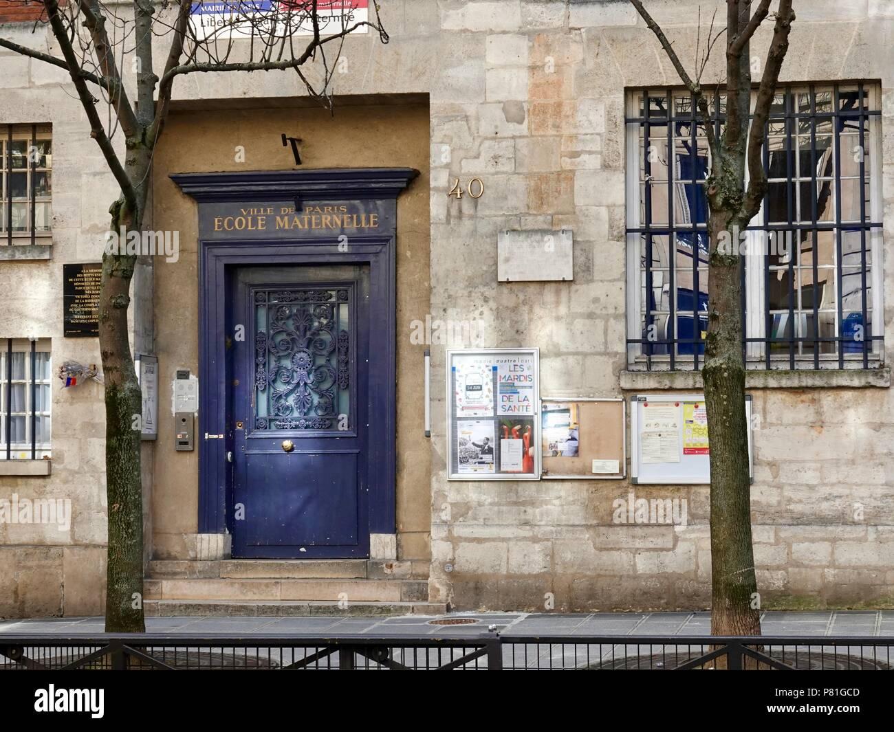 Entrée de l'école maternelle, l'école maternelle française, sur la rue des Archives, Paris, France. Banque D'Images