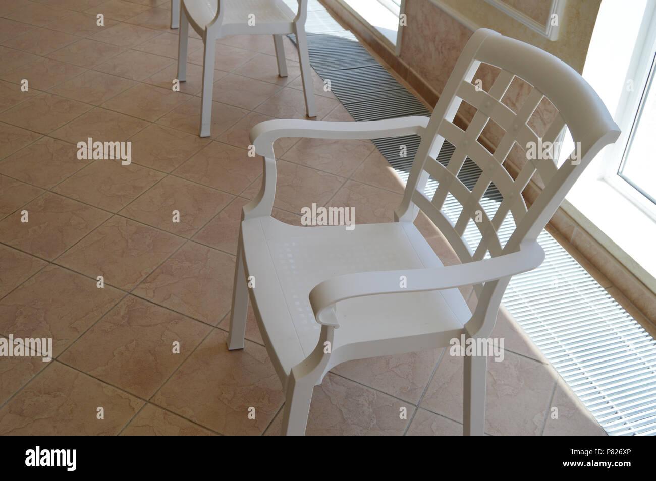 La Chaise Longue Billard chaise en plastique blanc se trouve dans la salle de billard