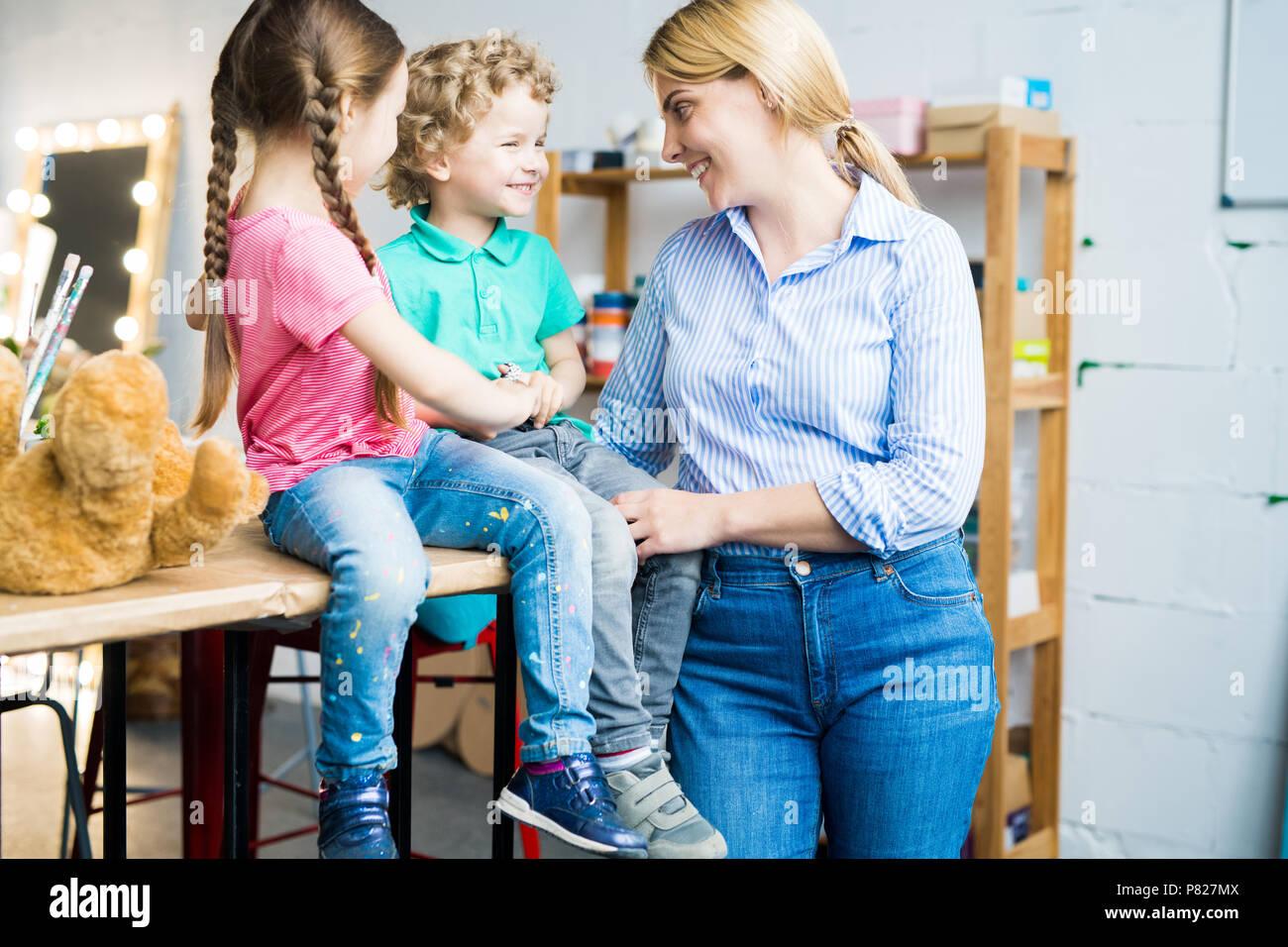 Maman moderne avec deux enfants mignons Photo Stock