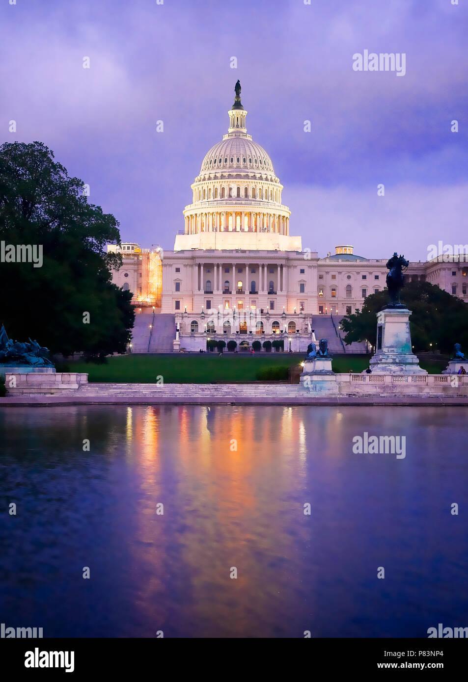 Le bâtiment du Capitole, qui abrite le Sénat et la Chambre des représentants des États-Unis sur le National Mall, Washington DC. Banque D'Images