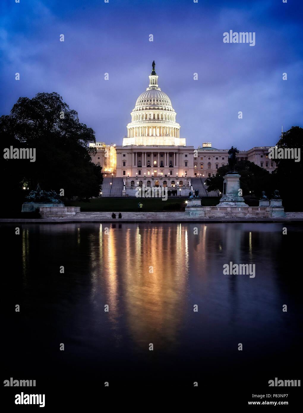 Le bâtiment du Capitole, qui abrite le Sénat et la Chambre des représentants des États-Unis sur le National Mall, Washington, DC. Banque D'Images
