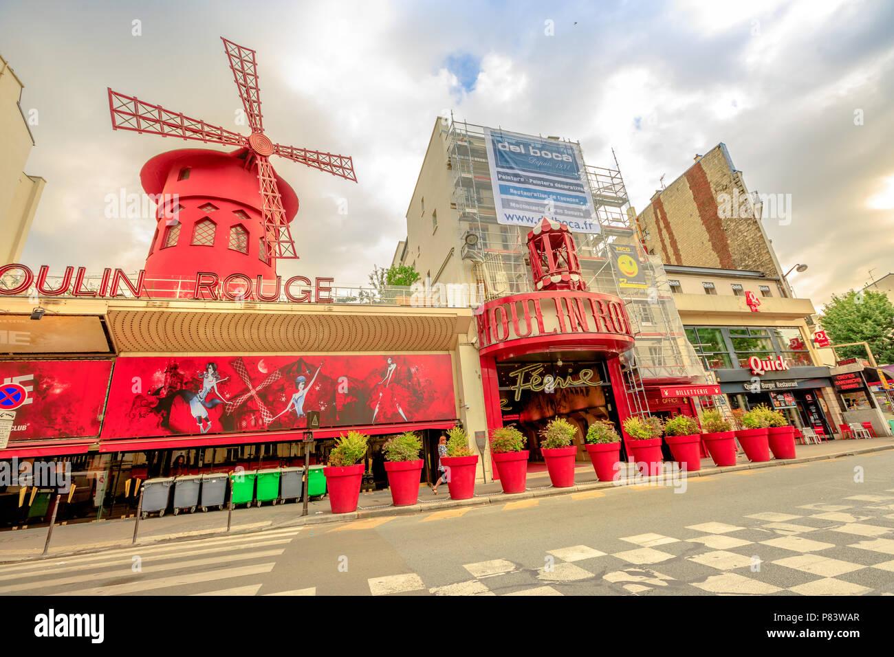 Paris, France - 1 juillet 2017: Boulevard de Clichy et la discothèque Moulin Rouge à Pigalle quartier des lumières rouges. Historique Le plus populaire attraction théâtre et cabaret de Paris.Tourisme à Paris Capitale Photo Stock