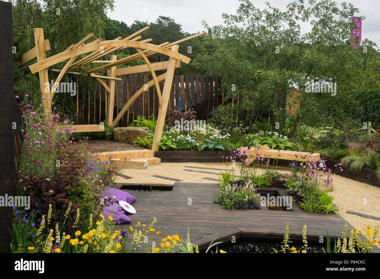 Des Fleurs Colorées De Bois Pergola Et Banc étang Dans Beau Jardin