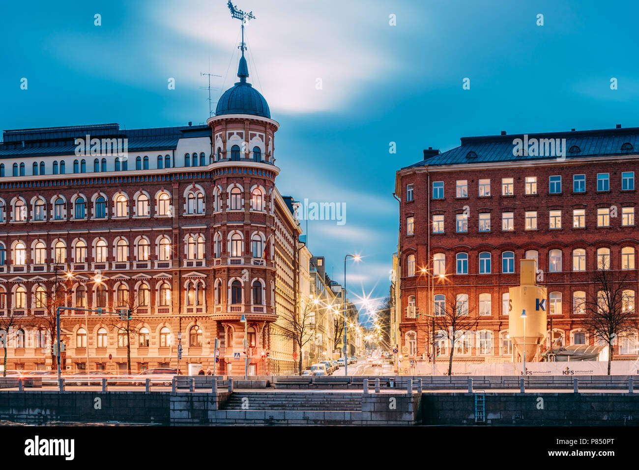 Helsinki, Finlande - le 6 décembre 2016: Carrefour de Pohjoisranta et Kirkkokatu Street dans la soirée ou la nuit l'éclairage. Photo Stock
